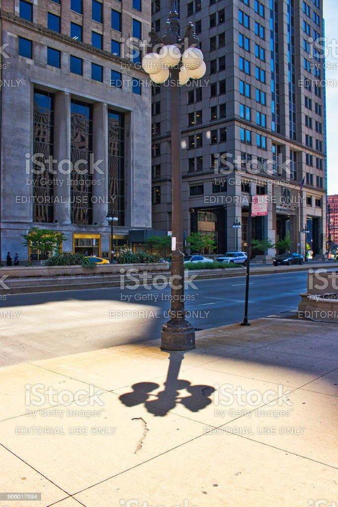 Ljus post med skuggor och reflektioner längs Wacker Drive i Chicago Loop - Royaltyfri Arkitektur Bildbanksbilder