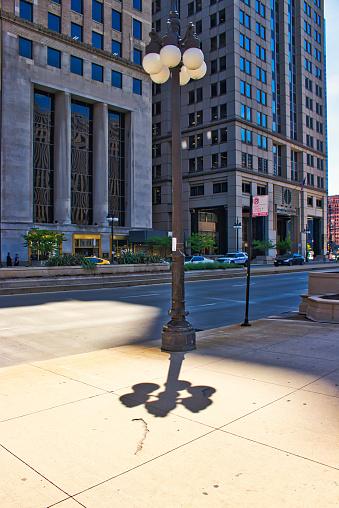 Ljus Post Med Skuggor Och Reflektioner Längs Wacker Drive I Chicago Loop-foton och fler bilder på Arkitektur