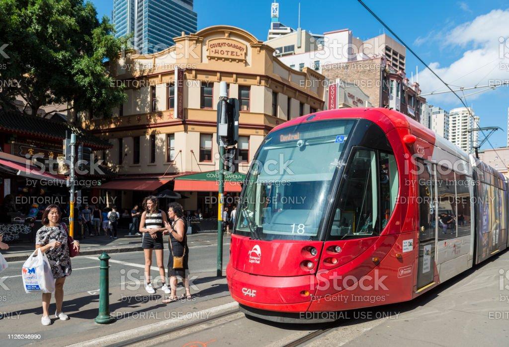 Light Rail trein bij de ingang van de Chinatown en Covent Garden Hotel, Haymarket, Sydney, NSW, Australië foto