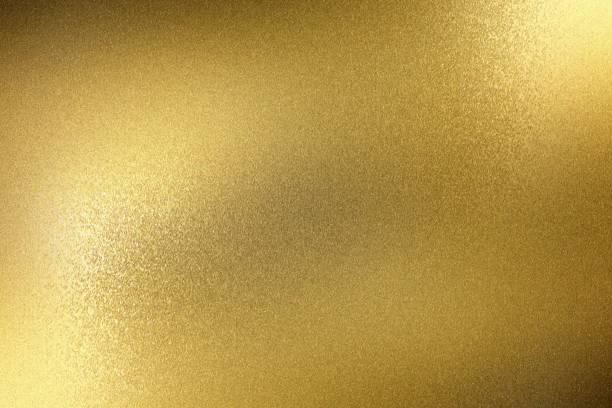 licht leuchtet auf rauem gold metallplatte, abstrakte textur hintergrund - folien highlights stock-fotos und bilder