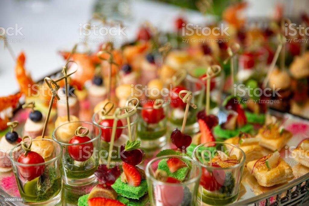 Aperitivos, canap s con manteca de cerdo, queso, carne, salsa, tomates cherry. Snacks para fiestas. - Foto de stock de Aceituna libre de derechos