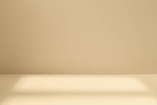 lekka przestrzeń studyjna z artystycznym cieniem - beżowy zdjęcia i obrazy z banku zdjęć