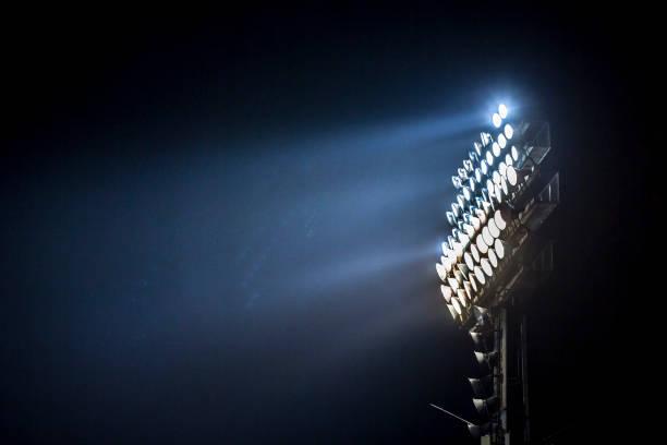 leuchtturm in ein stadion während nachts beleuchtet. - fußball wettbewerb stock-fotos und bilder