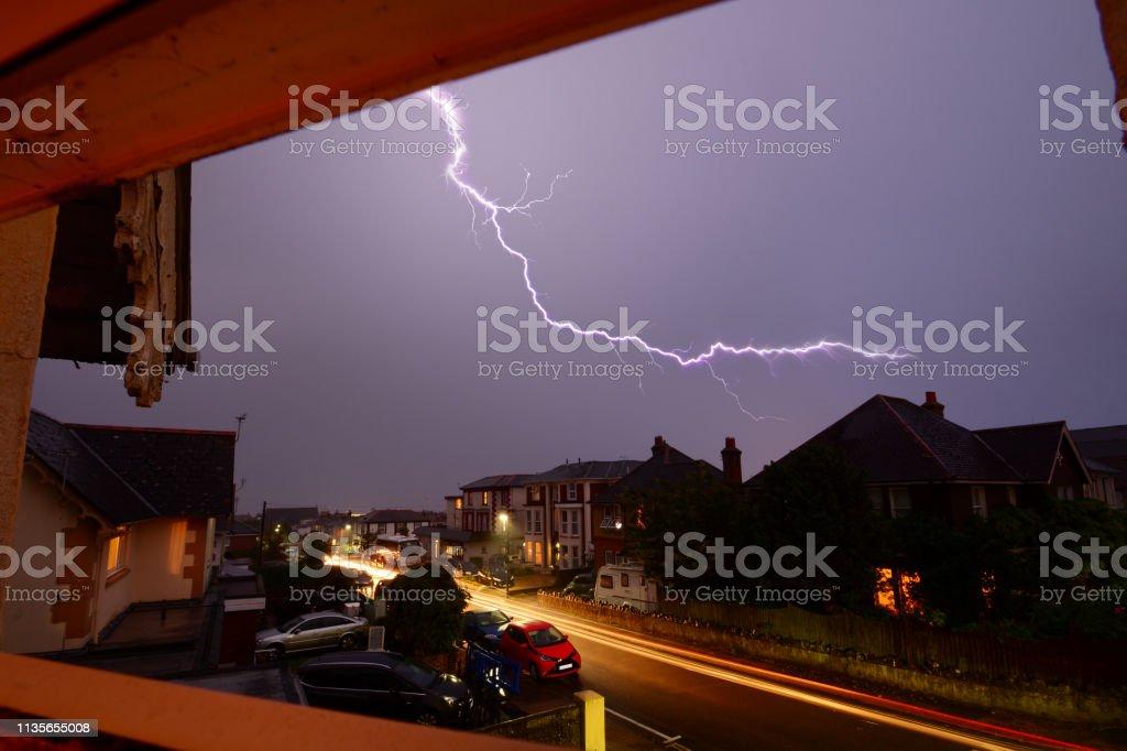 Lichtwege und Blitze über den Dachböden – Foto