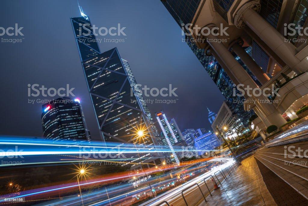 light trails on city street with cityscape photo libre de droits