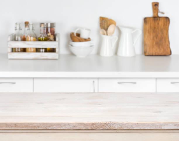 leichte holztisch mit bokeh bild der küche zähler interieur - küche rustikal gestalten stock-fotos und bilder