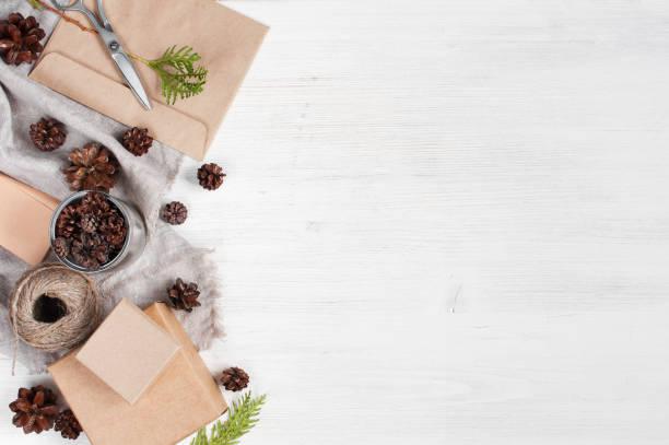 leichte holz urlaub hintergrund mit handwerk-geschenk-boxen - bastelkarton stock-fotos und bilder