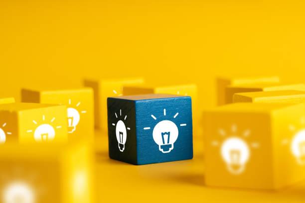 Glühbirnen- und Lampensymbol für & Creative & Leadership Business Konzept – Foto