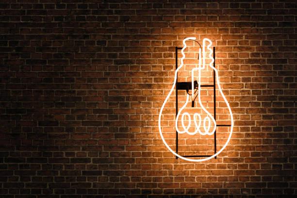 Glühbirne-Neon auf der Mauer – Foto