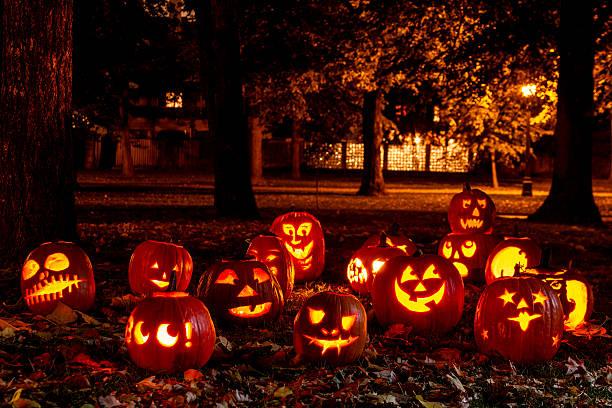 abóboras de halloween iluminadas - lanterna de halloween - fotografias e filmes do acervo