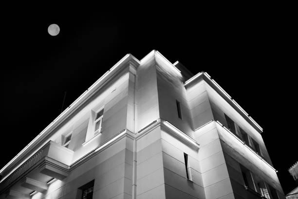 beleuchtetes haus mit zwei etagen und den mond über es. - moderner dekor für ferienhaus stock-fotos und bilder
