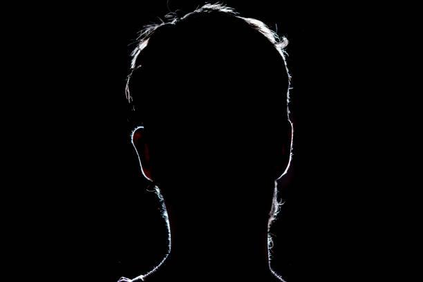 porträt-silhouette eines menschlichen kopfes in dem dunklen hintergrund aufhellen - gegenlicht stock-fotos und bilder