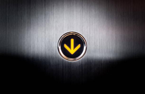 Aligerar bajando botón para levantar Elevetor - foto de stock