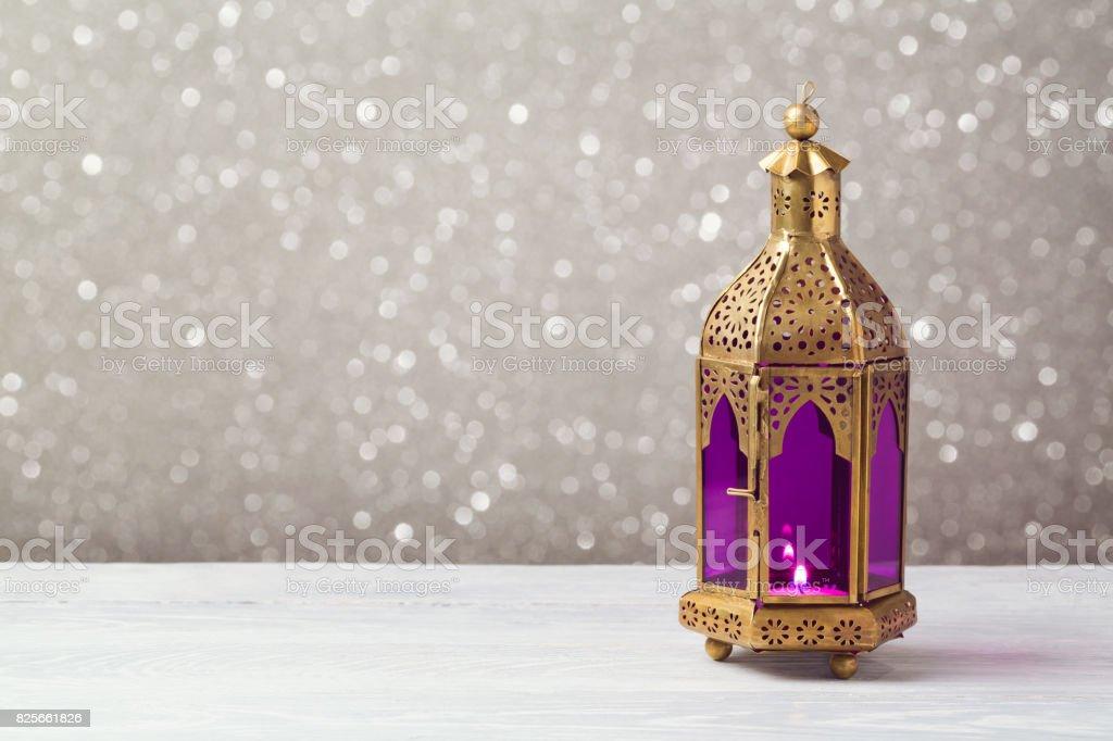Linterna aligerada en mesa de madera sobre fondo bokeh. Concepto de celebración de Ramadán kareem vacaciones - foto de stock