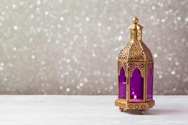 背景のボケ味を木製のテーブルの軽量ランタン。ラマダン カリーム休日お祝いコンセプト - ラマダン ストックフォトと画像