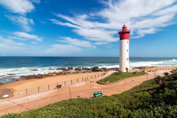 Leuchtturm gegen blaue trübe Küsten Seestück in Südafrika – Foto