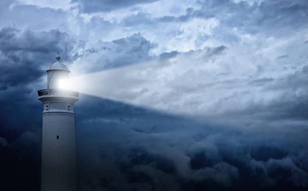 leuchtturm und schlechtes wetter im hintergrund - anleitung konzepte stock-fotos und bilder