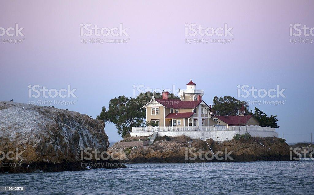 Faro e inn su un'isola rocciosa - foto stock
