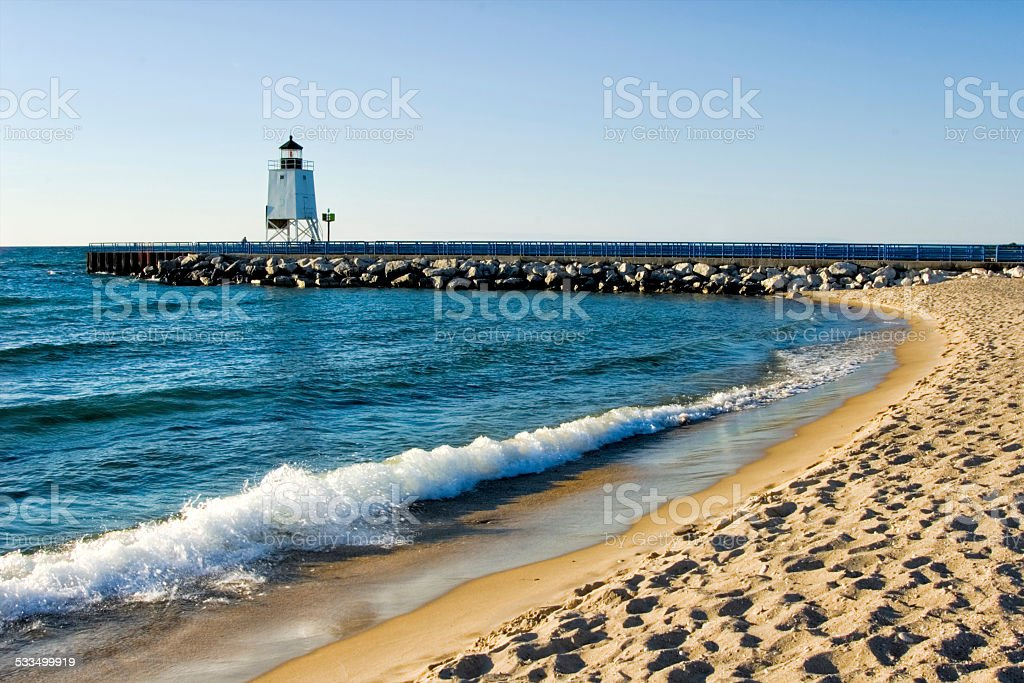 Phare et la plage de sable sur Great Lakes, dans le Michigan - Photo