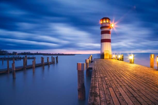 leuchtturm am neusiedler see bei sonnenuntergang - burgenland stock-fotos und bilder