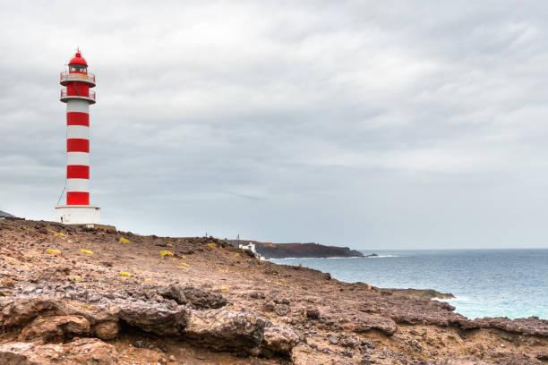 Leuchtturm an felsiger Küste – Foto