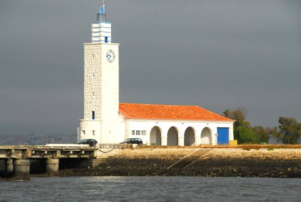 lighthouse at the western extreme of the montijo peninsula, portugal - setubal imagens e fotografias de stock