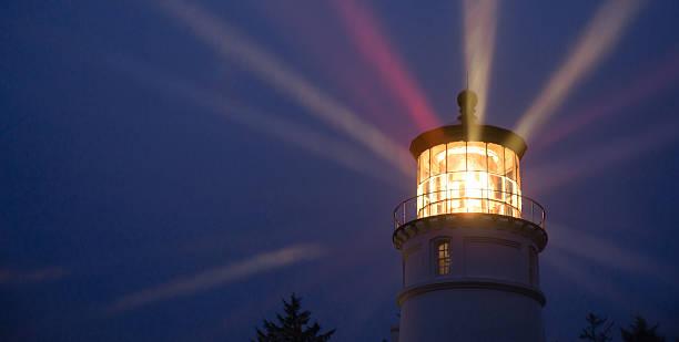 phare des rayons lumineux en tempête tropicale marine nautique - phare photos et images de collection