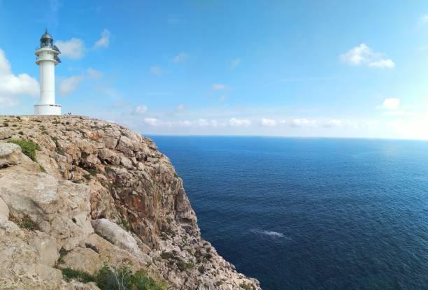 leuchtturm cap de barbaria auf formentera auf der klippe - rettungsinsel stock-fotos und bilder