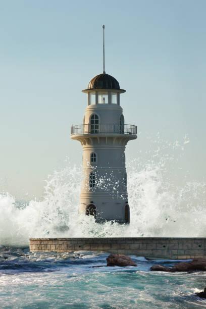 Leuchtturm von Riesenwelle bedeckt – Foto