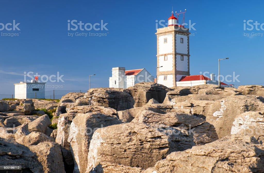 Leuchtturm am Cabo Carvoeiro mit Steinen auf Vordergrund, Halbinsel Peniche, Portugal – Foto