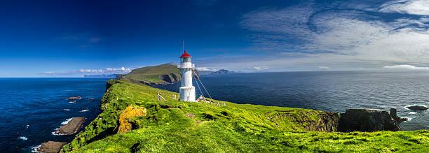 lighthouse on mykines, faroe islands - faeröer stockfoto's en -beelden