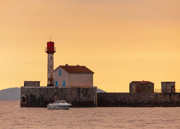 leuchtturm an der küste, côte d ' azur - segelhandschuhe stock-fotos und bilder