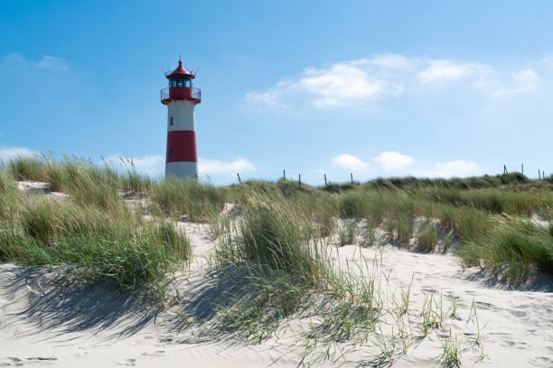 leuchtturm rot weiß auf düne. insel sylt – norddeutschland. - sylt urlaub stock-fotos und bilder