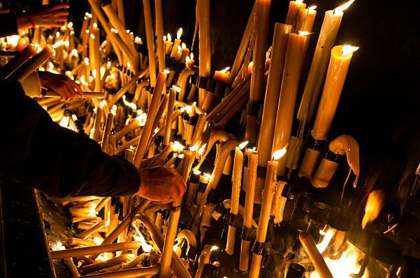 beleuchtung einer kerze fatima portugal - papst benedikt xvi stock-fotos und bilder