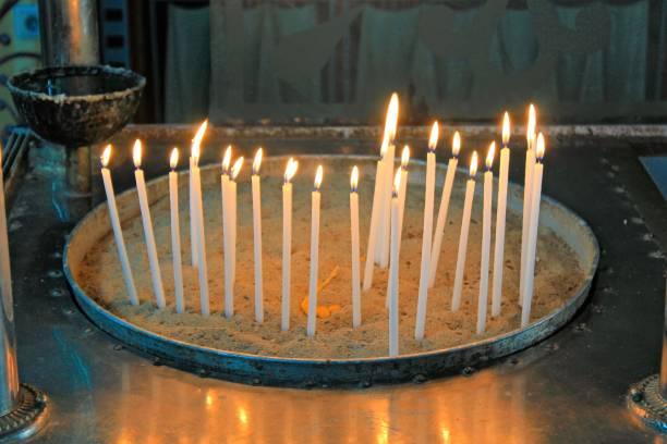 Allumer des bougies à l'intérieur d'une église orthodoxe grecque. - Photo