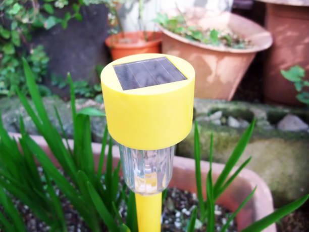 licht-equipment - solarleuchten stock-fotos und bilder