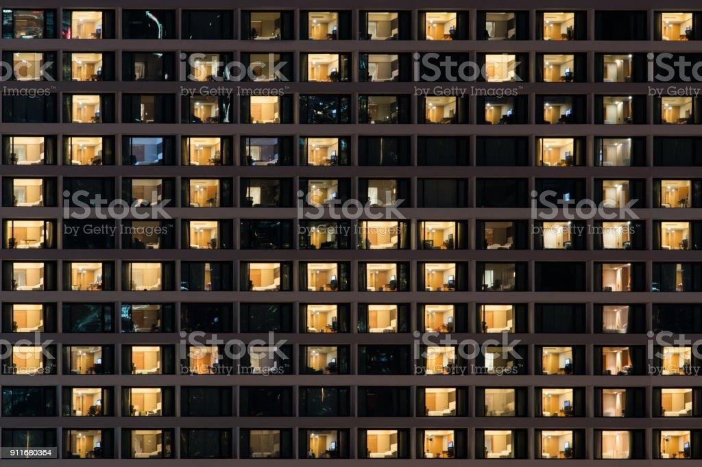 Beleuchtung von vielen Zimmer sind in der Nacht geöffnet – Foto