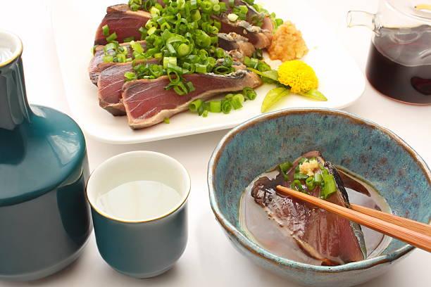 lightly roasted bonito sashimi and rice wine sake, japanese food - scharf anbraten stock-fotos und bilder