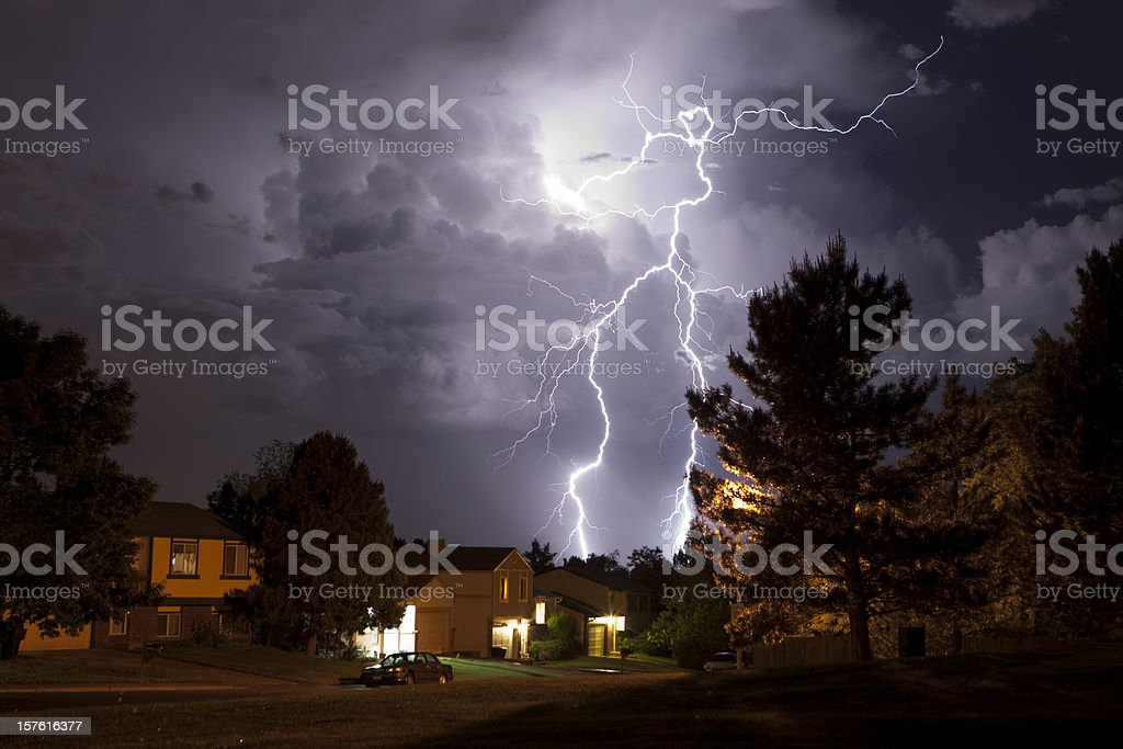 Lightning bolt and thunderhead storms over Denver neighborhood homes​​​ foto