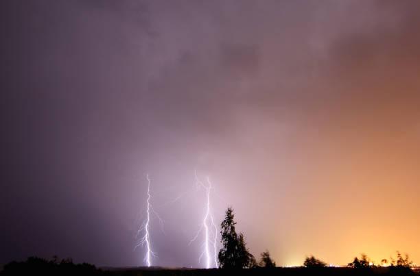 雷雨時の夜空の稲妻 ストックフォト