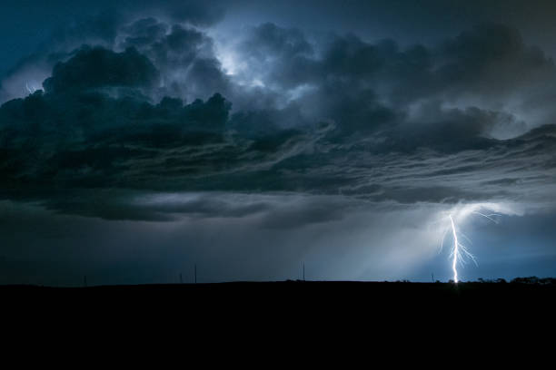lightning from a high based storm near bismarck, north dakota - cielo minaccioso foto e immagini stock