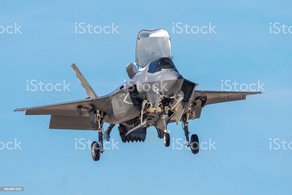F-35 relámpago II flotando contra el cielo - foto de stock
