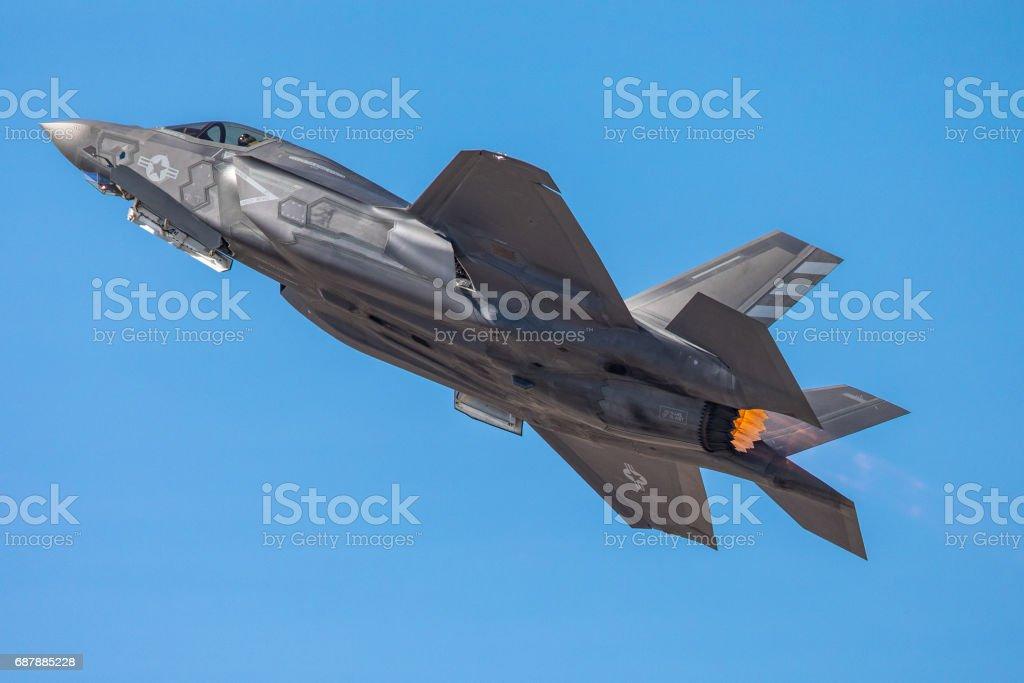 F-35 Lightning II en una subida, con dispositivo de poscombustión en - foto de stock