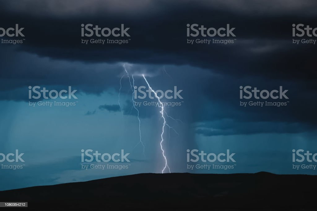 Lightning in the sky. Electric discharges in the sky - fotografia de stock
