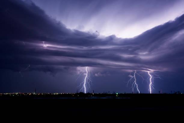 lightning over a city - lightning zdjęcia i obrazy z banku zdjęć