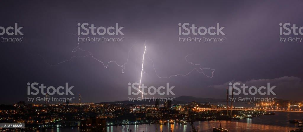 Blitz über die Stadt. – Foto