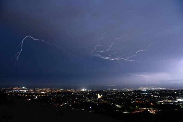 lightning over the city – zdjęcie