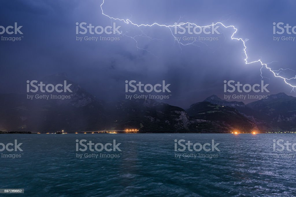 Lightning over the mountains and lake photo libre de droits