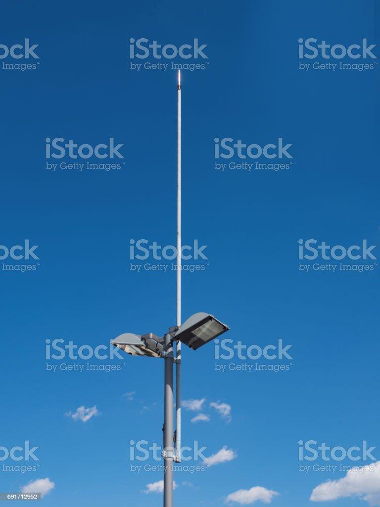 Blitzableiter inmitten einer Straßenlaterne – Foto