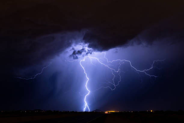 lightning storm at night - greve imagens e fotografias de stock